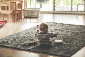 Kind beim musizieren